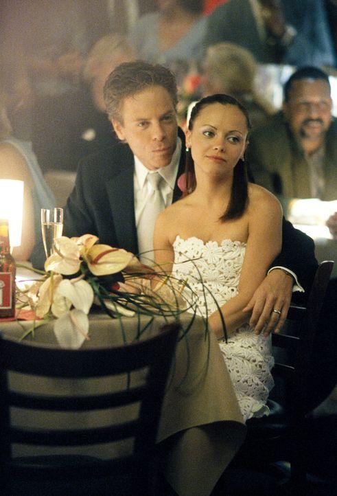 Als Richard (Greg Germann, l.) und Liza (Christina Ricci, r.) in einem Meeting verkünden, dass sie heiraten wollen, sorgt das für riesigen Aufruhr i... - Bildquelle: 2002 Twentieth Century Fox Film Corporation. All rights reserved.