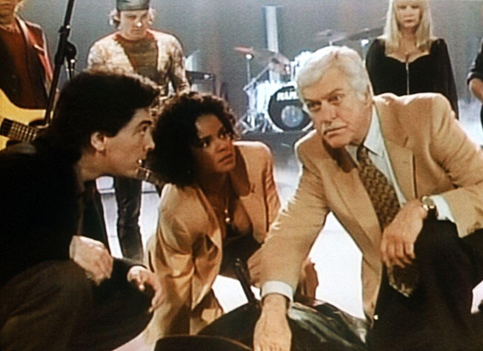 Jack (Scott Baio, vorne l.), Amanda (Victoria Rowell, vorne M.) und Dr. Sloan (Dick Van Dyke, vorne r.) versuchen, den Rockstar Noble Samson zu rett... - Bildquelle: Viacom