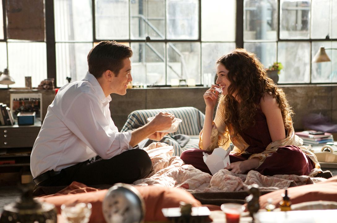 So ein Jobwechsel hat auch sein Gutes: Jamie Randall (Jake Gyllenhaal, l.) lernt die charmante Maggie Murdock (Anne Hathaway, r.) in einer Arztpraxi... - Bildquelle: TM and   2010 Twentieth Century Fox and Regency Enterprises.  All rights reserved. Not for sale or duplication.