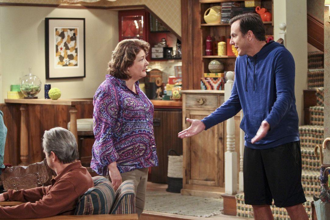 Das kann so nicht weitergehen: Carol (Margo Martindale, M.) stellt fest, dass Nathan (Will Arnett, r.) ein Problem hat im selben Haus wie sie Sex zu... - Bildquelle: 2013 CBS Broadcasting, Inc. All Rights Reserved.
