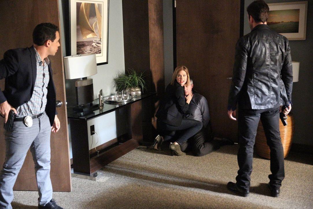 Das Team um Jack (Dylan McDermott, r.), Ben (Victor Rasuk, l.) und Janice (Mariana Klaveno, 2.v.l.) ermittelt in einem neuen Fall, in dem ein der Ps... - Bildquelle: Warner Bros. Entertainment, Inc.