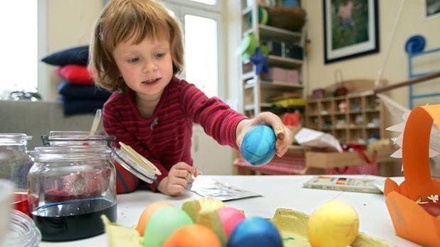 Kind färbt Ostereier_dpa - Bildfunk