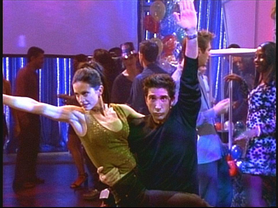 Um ins Fernsehen zu kommen, legen Monica (Courteney Cox, l.) und Ross (David Schwimmer, r.) bei einer Silvestershow tolle Tanzeinlagen ein. - Bildquelle: TM+  2000 WARNER BROS.