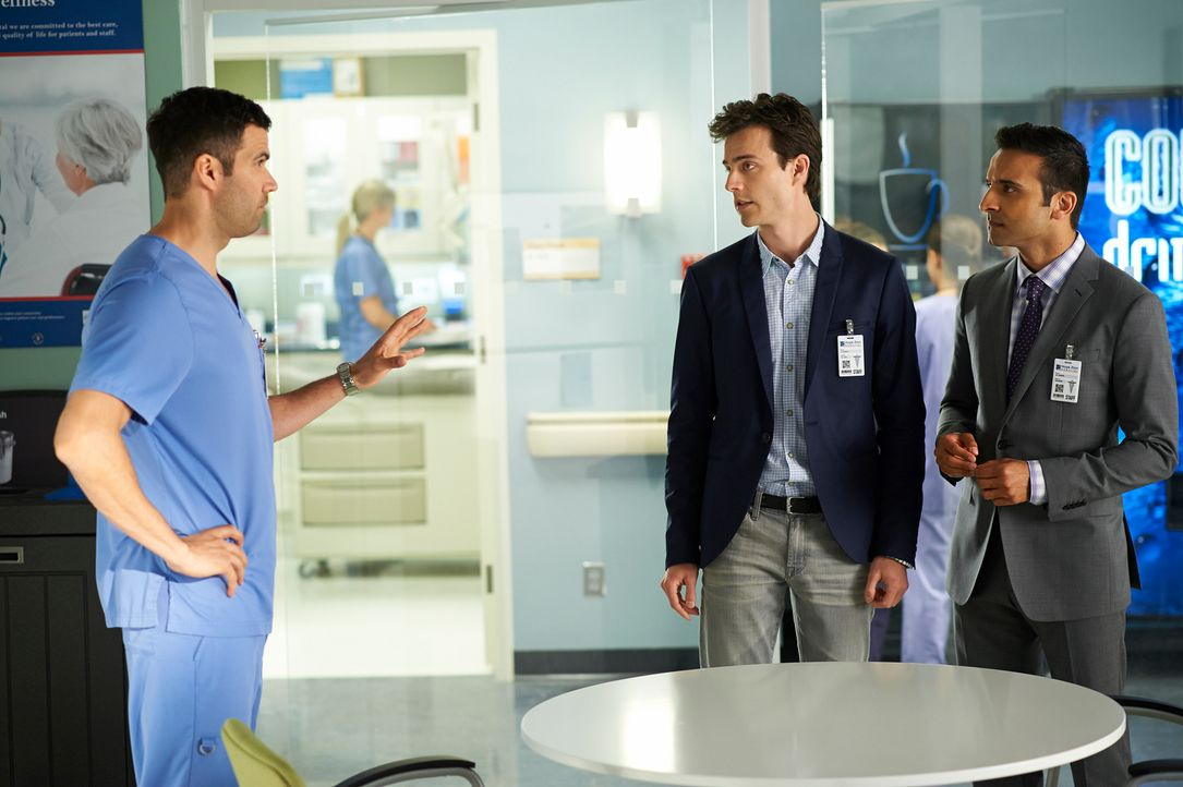 Zachary (Benjamin Ayres, l.) dient Gavin (Kristopher Turner, M.) und Shahir (Huse Madhavji, r.) als Versuchsobjekt ... - Bildquelle: 2012  Hope Zee One Inc.