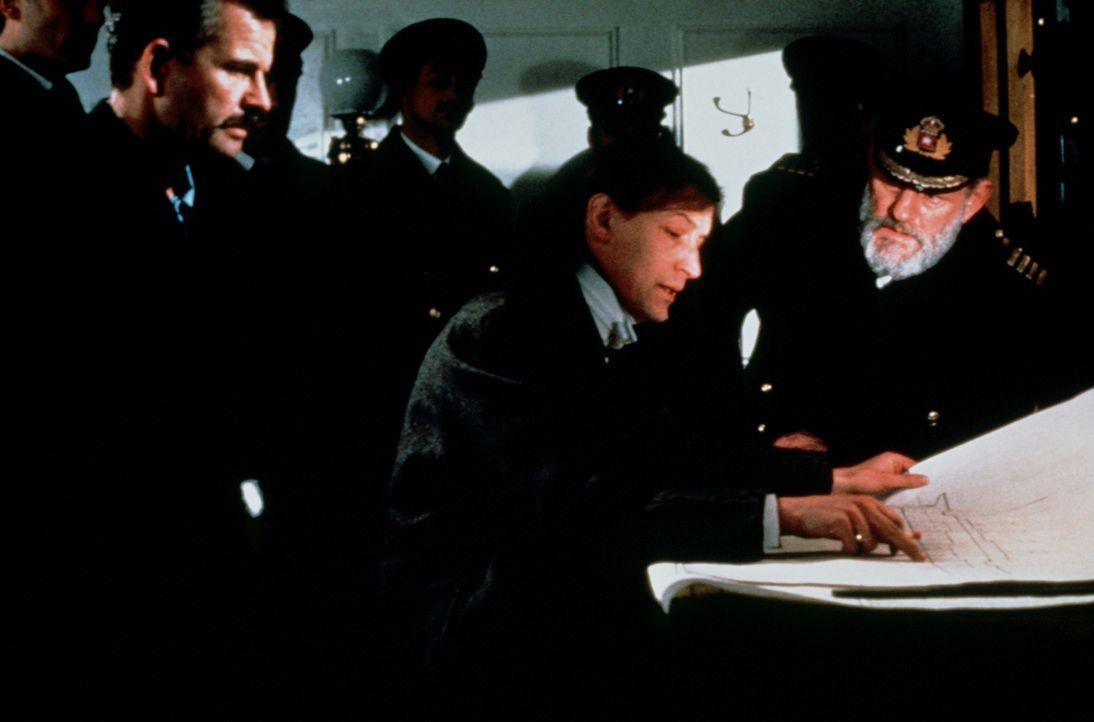 Ingenieur Thomas Andrews (Geoffrey Whitehead, M.) erläutert Captain Smith (Harry Andrews, r.) das ganze Ausmaß der Katastrophe ... - Bildquelle: American Broadcasting Company