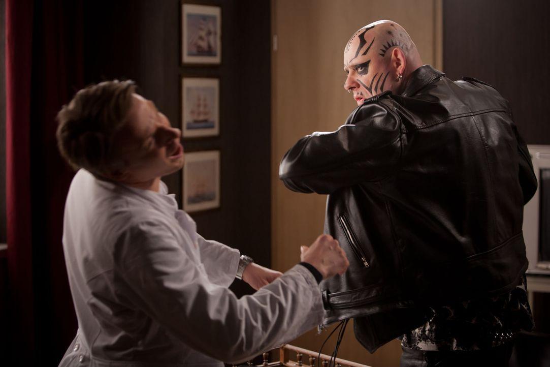 Als Hilmar (Axel Häfner, r.) erkennt, dass er nicht Kevins Vater sein kann, rastet er aus - zu Davids (Max von Pufendorf, l.) Leidwesen ... - Bildquelle: Conny Klein SAT.1