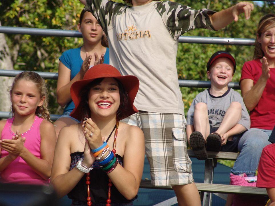 Dank ihrer Freundin Tutti (Lalaine, M.) lernt Sara eine Welt außerhalb des Fußballtrainings kennen ... - Bildquelle: Showcase Entertainment