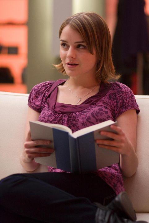 Stattet ihrem Vater einen Besuch ab: Zoe (Jordan Hinson) ... - Bildquelle: Universal Television