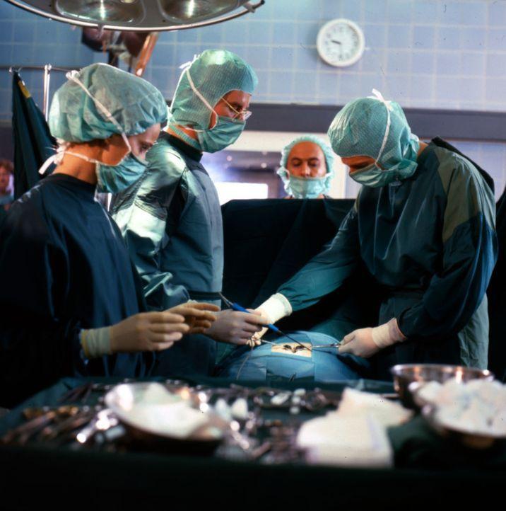 Bei der kleinen Maria ist eine komplizierte Magenoperation notwendig. Dr. Lüders (Ralf Lindermann, 2.v.l.) und Dr. Kampmann (Ulrich Reinthaller, r.)... - Bildquelle: Janis Jatagandzidis Sat.1