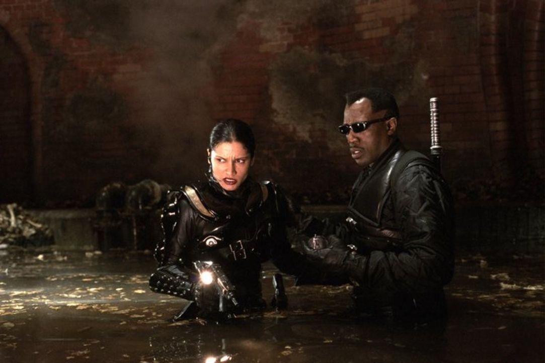 Nach und nach werden die Blutreserven knapp. Für Blade (Wesley Snipes, r.) und Nyssa (Leonor Varela, l.) beginnt ein gnadenloser Wettlauf mit der Ze... - Bildquelle: New Line Cinema