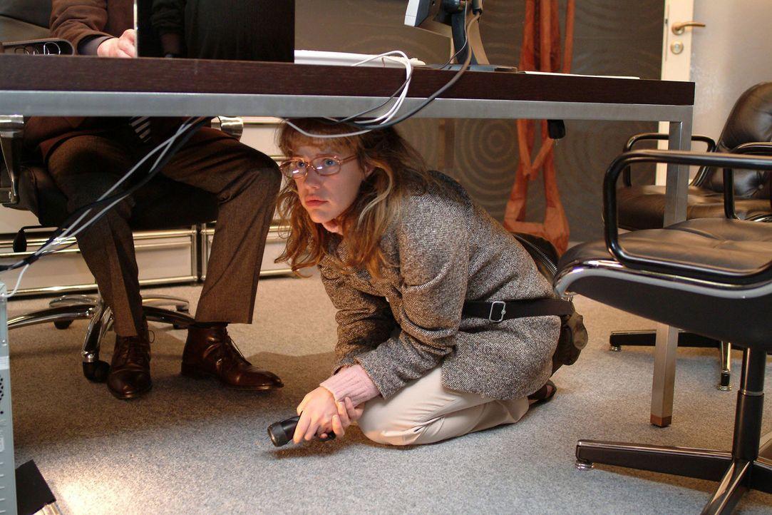 """Als Lisa (Alexandra Neldel, r.) in Richards (Karim Köster, l.) Büro spioniert, wird sie von ihm überrascht - ihr gelingt die """"Flucht"""" unter den S... - Bildquelle: Sat.1"""