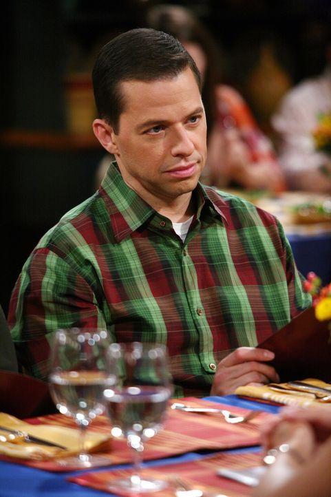 Bereut es, seinen Bruder Charlie zu einem gemeinsamen Abendessen mit Linda und Donna überredet zu haben: Alan (Jon Cryer) ... - Bildquelle: Warner Brothers Entertainment Inc.