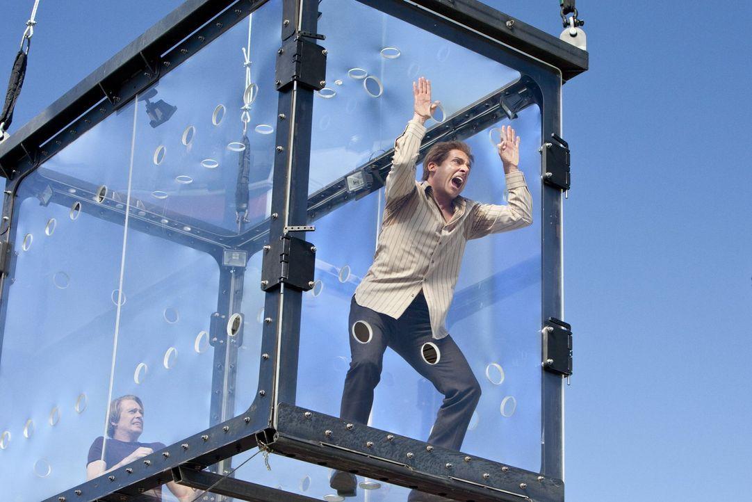 Als ein neuer, genialer Magier Las Vegas unsicher macht, müssen sich Burt (Steve Carell, r.) und Anton (Steve Buscemi, l.) etwas einfallen lassen. O... - Bildquelle: 2013   Warner Brothers