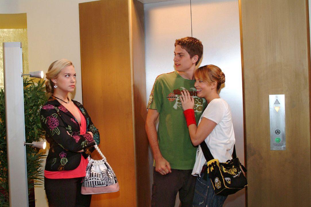 Timo (Matthias Dietrich, M.) und Hannah (Laura Osswald, r.) bemerken nicht, dass Kim (Lara-Isabelle Rentinck, l.) eifersüchtig auf sie reagiert. - Bildquelle: Sat.1