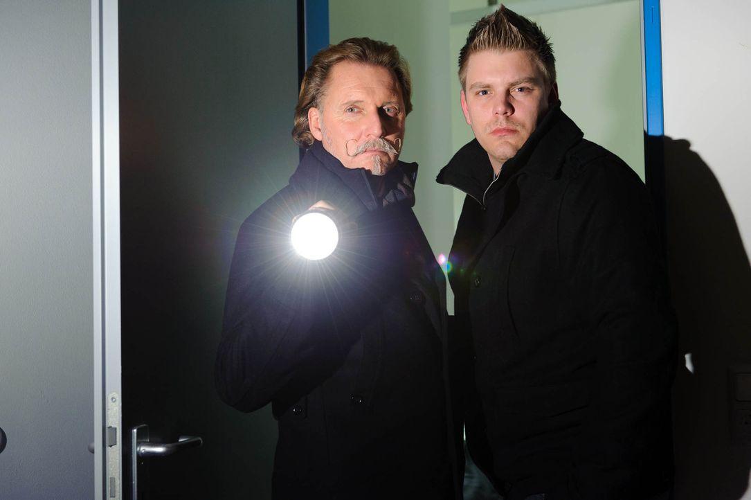 Ingo Lenßen (l.) mit seinem Ermittler Karsten Grabowski (r.) - Bildquelle: SAT.1