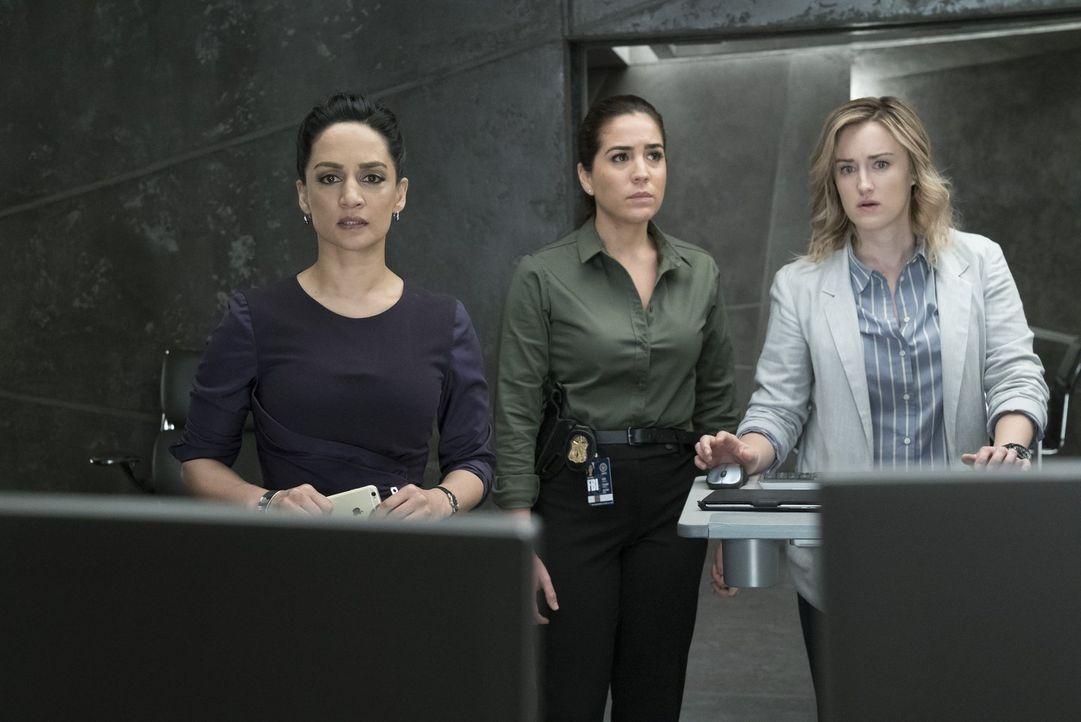 Nas (Archie Panjabi, l.), Patterson (Ashley Johnson, r.) und Zapata (Audrey Esparza, M.) wird klar, dass das Team so schnell wie möglich den Zugriff... - Bildquelle: Warner Brothers