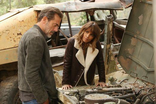 Extant - Hilft JD (Jeffrey Dean Morgan, l.) Molly (Halle Berry, r.) dabei, ei...