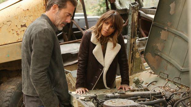 Hilft JD (Jeffrey Dean Morgan, l.) Molly (Halle Berry, r.) dabei, eine Friede...