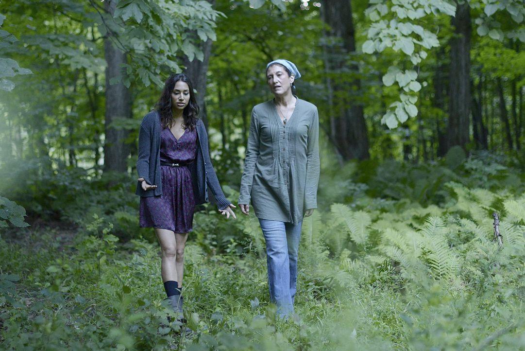 Wird Donna (Amy Aquino, r.) Sally (Meaghan Rath, l.) zeigen können, was die Magie mit ihr anstellt? - Bildquelle: Philippe Bosse 2014 B.H. 4 Productions (Muse) Inc. ALL RIGHTS RESERVED.