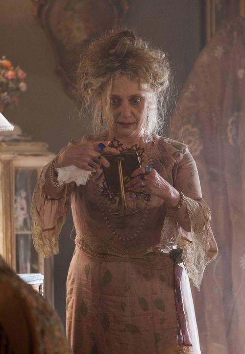 Ist besorgt um ihren Sohn Oswald: Gertrude Kapelput (Carol Kane) ... - Bildquelle: Warner Bros. Entertainment, Inc.