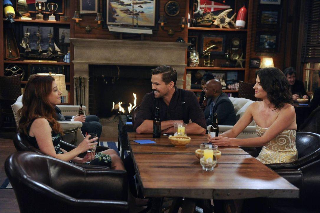 Im Farhampton Inn treffen Lily (Alyson Hannigan, l.) und Robin (Cobie Smulders, r.) einen Tag vor der Hochzeit auf Darren (Andrew Rannells, M.), des... - Bildquelle: 2013 Twentieth Century Fox Film Corporation. All rights reserved.