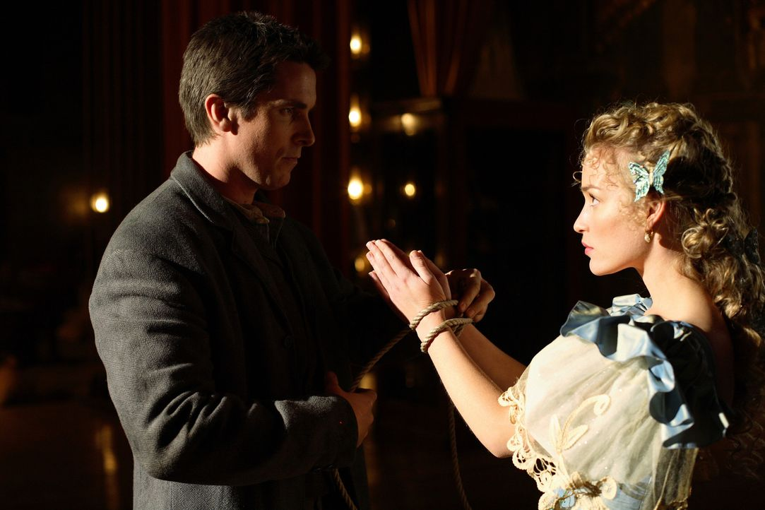 Während eines Zaubertricks verliert Julia (Piper Perabo, r.) durch einen tragischen Unfall ihr Leben. Robert gibt seinem Kollegen Alfred (Christian... - Bildquelle: Warner Television