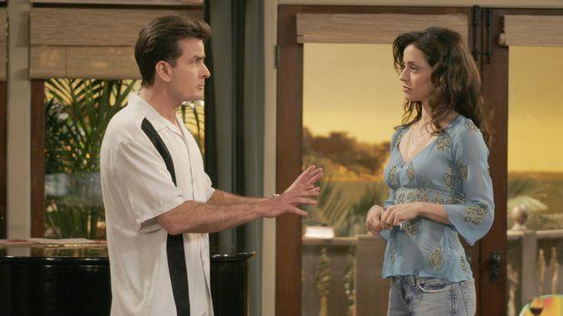 Endlich willigt Charlies (Charlie Sheen, l.) neue platonische Liebe Mia (Emma...