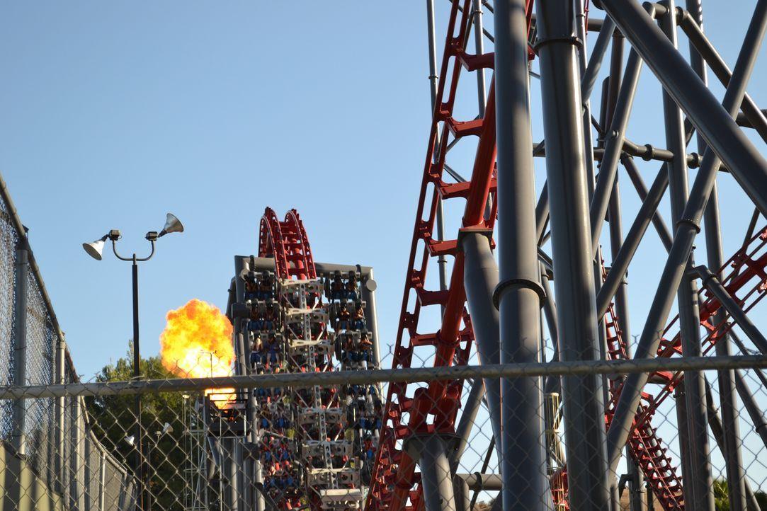 """Die weltweit erste 4D-Achterbahn """"X2"""" in den USA steigert das Adrenalin durch Pyrotechnik ... - Bildquelle: 2013, Travel Channel, L.L.C. All Rights Reserved."""