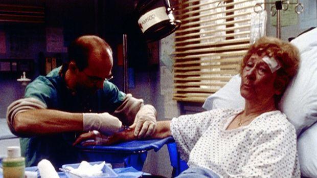 Dr. Greene (Anthony Edwards, l.) behandelt Mrs. Larkin (Natalie Core, r.), di...