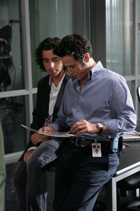 Gemeinsam versuchen sie einen neuen Fall zu lösen: Charlie (David Krumholtz, l.) und Don (Rob Morrow, r.) ... - Bildquelle: Paramount Network Television