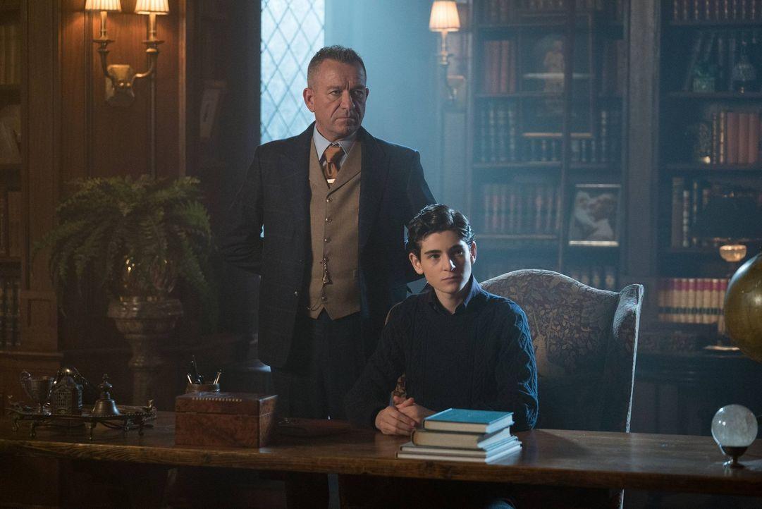Erfahren den wahren Grund für die Rückkehr von Selinas Mutter: Bruce (David Mazouz, r.) und Alfred (Sean Pertwee, l.) ... - Bildquelle: Warner Brothers