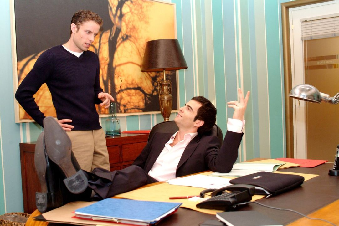 David (Mathis Künzler, r.) berichtet dem skeptischen Max (Alexander Sternberg, l.), dass er ein ernstes Wort mit Lisa gesprochen hat und glaubt, da... - Bildquelle: Sat.1