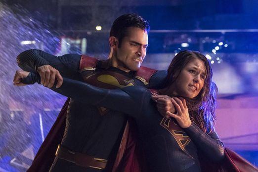 Zwischen Superman (Tyler Hoechlin, l.) und Supergirl (Melissa Benoist, r.) en...
