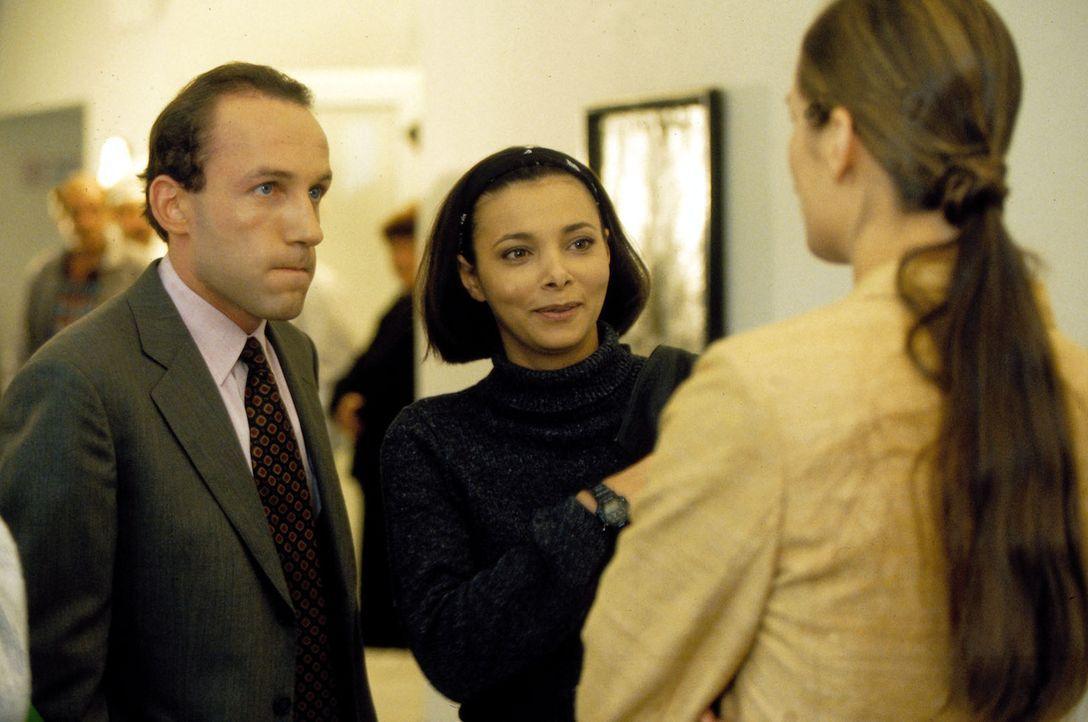 Stockinger (Karl Markovics, l.) stellt seine Frau Karin (Anja Schiller, r.) seiner Kollegin Antonella (Sandra Cervik, M.) vor. - Bildquelle: Huber Sat.1