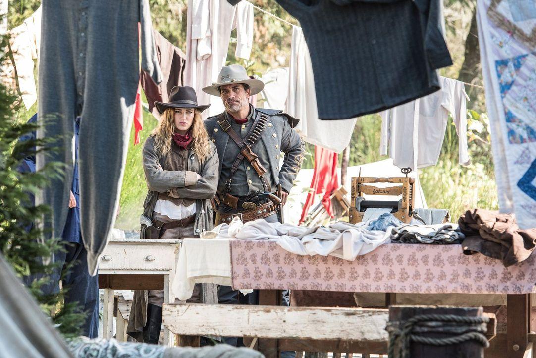 Kann Hex (Johnathon Schaech, r.) Sara (Caity Lotz, l.) und den anderen Legends dabei helfen, einen Gauner im Wilden Westen davon abzuhalten, sein ei... - Bildquelle: Warner Brothers