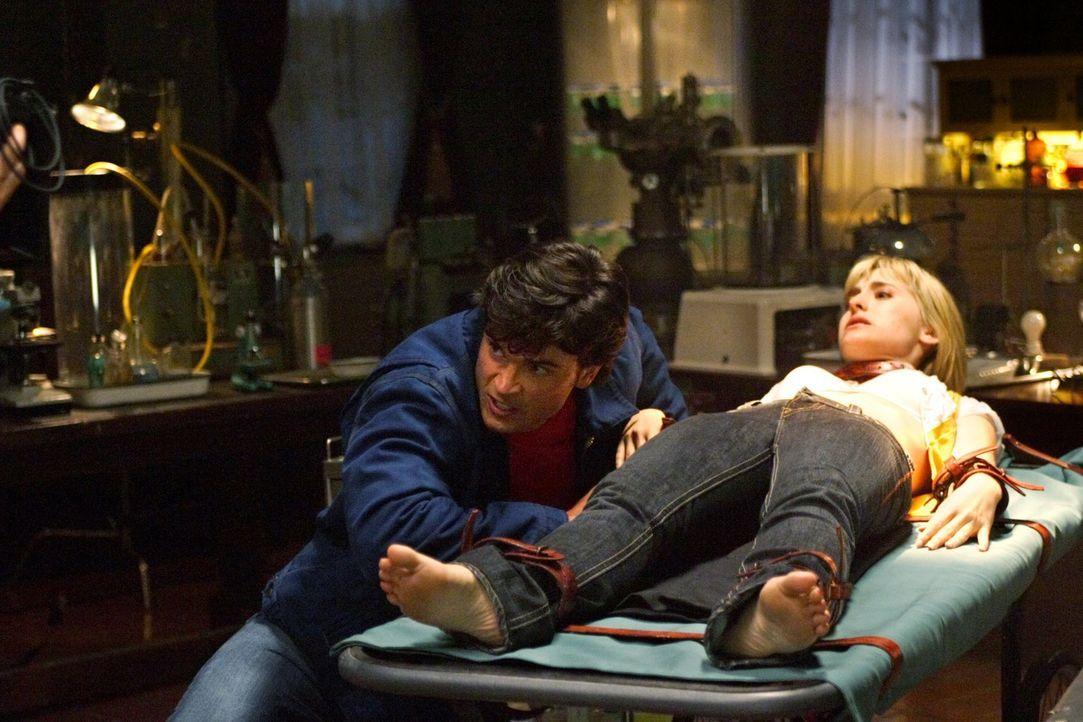 Gerade noch rechtzeitig merkt Clark (Tom Welling, l.), dass der vermeindliche Doktor in Wirklichkeit nur Meteoritenfreaks töten will. Chloe (Allison... - Bildquelle: Warner Bros.