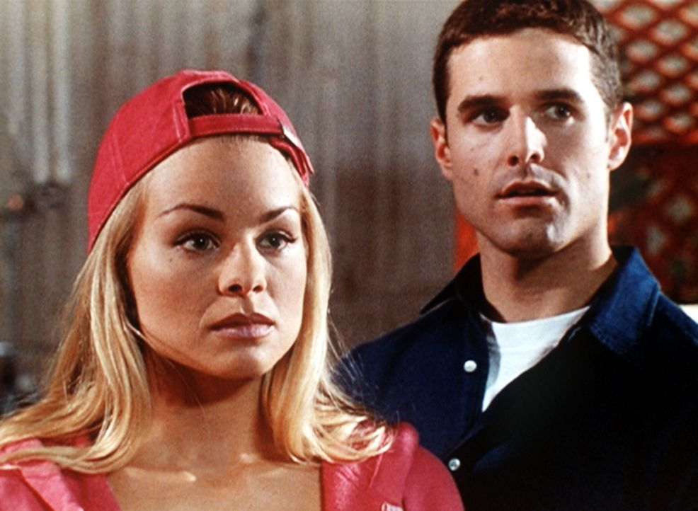 Wendy Windsor (Jessica Collins, l.) und ihr Verlobter Rick (Jason Clarke, r.) hören fassungslos, dass Wendys Mutter mit einer Heirat nicht einversta... - Bildquelle: Viacom