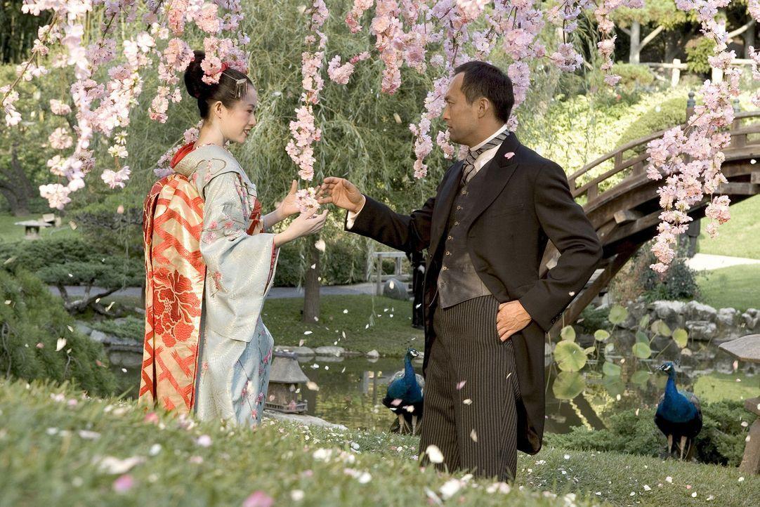 Viele Jahre nach ihrer ersten Begegnung treffen Sayuri Nitta (Ziyi Zhang, l.) und der Direktor (Ken Watanabe, r.) erneut aufeinander. Obwohl beide f... - Bildquelle: 2005 Sony Pictures Television International.
