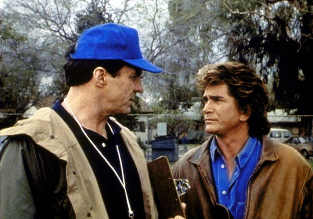 Jonathan (Michael Landon, r.) macht Trainer Diller (Beau Starr, l.) Vorwürfe, dass er seine Jungen falsch behandelt. - Bildquelle: Worldvision Enterprises, Inc.