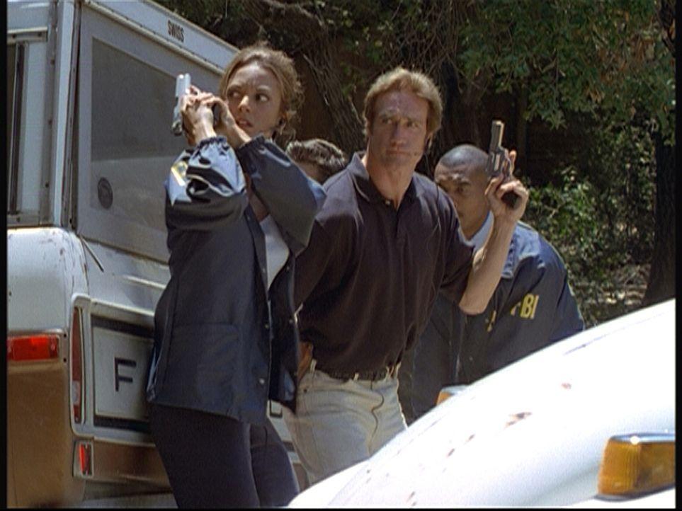 Die FBI-Agentin Kathryn (Eva La Rue, l.) und ihr Ex-Freund Steve (Barry Van Dyke, M.) haben das Haus umstellt, in dem sie die Entführer des kleinen... - Bildquelle: Viacom