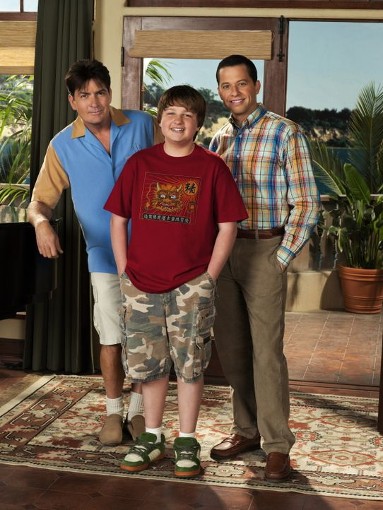 (7. Staffel) - Harte Männer: Charlie (Charlie Sheen, l.), Alan (Jon Cryer, r.) und Jake (August T. Jones, M.) ... - Bildquelle: Warner Brothers Entertainment Inc.