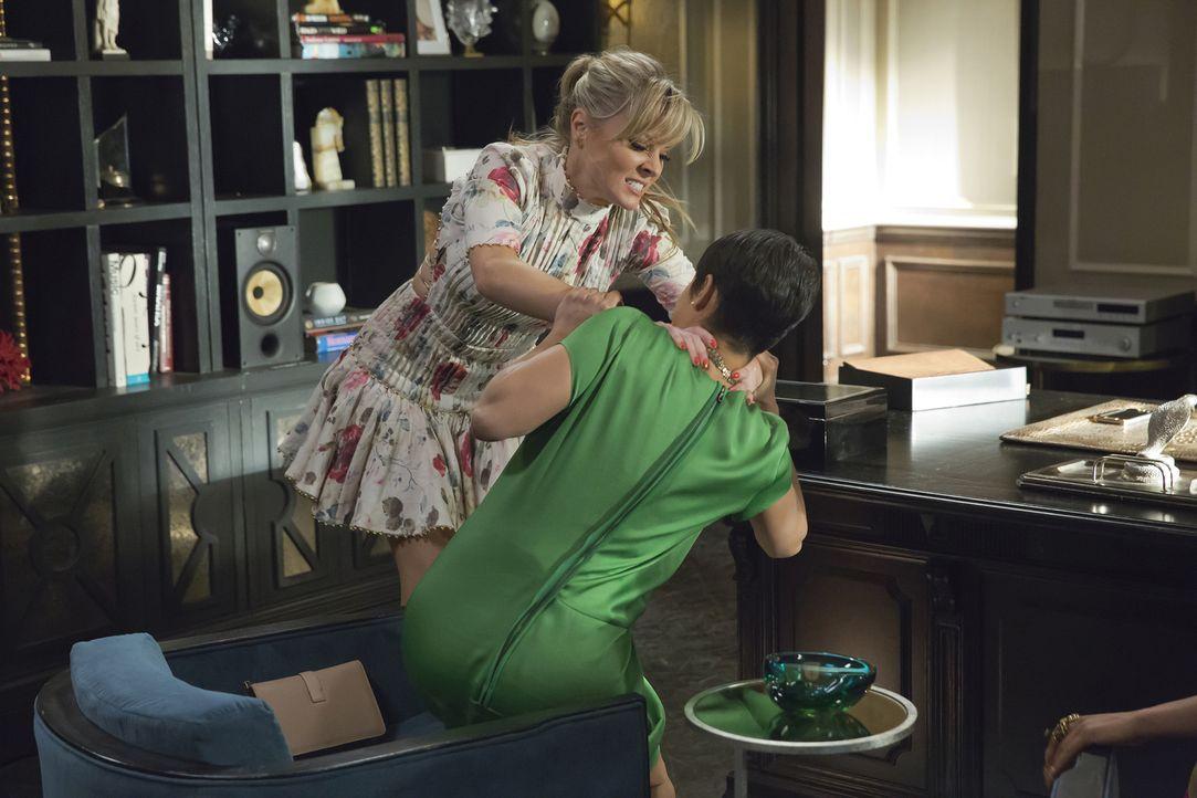 Rhonda (Kaitlin Doubleday, l.) glaubt, dass Anika (Grace Gealey, r.) sie die Treppe hinabgestoßen hat, um dem Baby in ihrem Bauch den Alleinanspruch... - Bildquelle: 2015-2016 Fox and its related entities.  All rights reserved.
