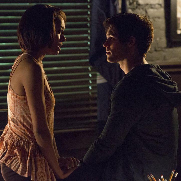 Bonnie will Jeremys retten - Bildquelle: Warner Brothers Entertainment