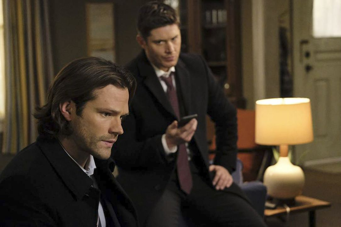 Sam (Jared Padalecki, l.); Dean (Jensen Ackles, r.) - Bildquelle: Bettina Strauss 2016 The CW Network, LLC. All Rights Reserved/Bettina Strauss