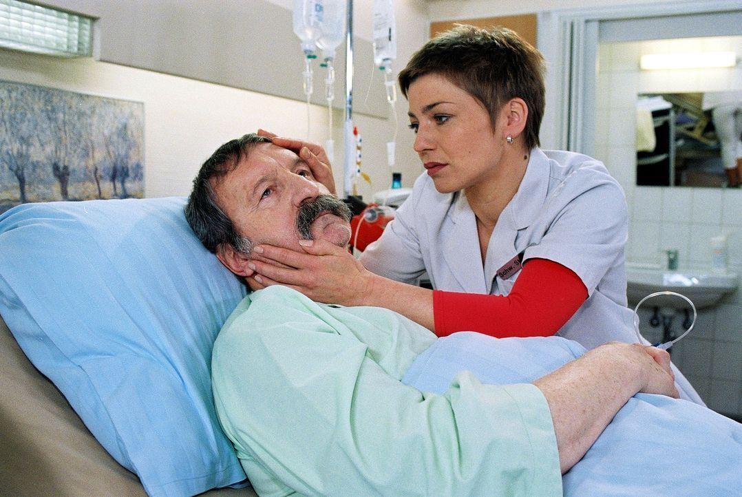 Klaras Mann Friedrich (Horst Weinheimer, l.) wurde auf einer Bank auf dem Klinikgelände unterkühlt und unterzuckert aufgefunden. Schwester Stephanie... - Bildquelle: Noreen Flynn Sat.1