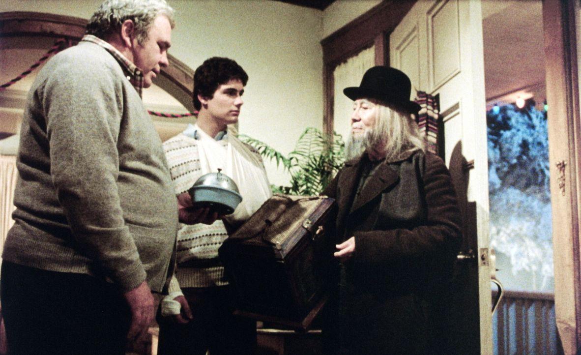 Verzweifelt suchen Rand (Hoyt Axton, l.) und Billy (Zach Gallagan, M.) bei dem chinesischen Händler (Keye Luke, r.) Rat, wie sie die Horde von Greml... - Bildquelle: Warner Bros.