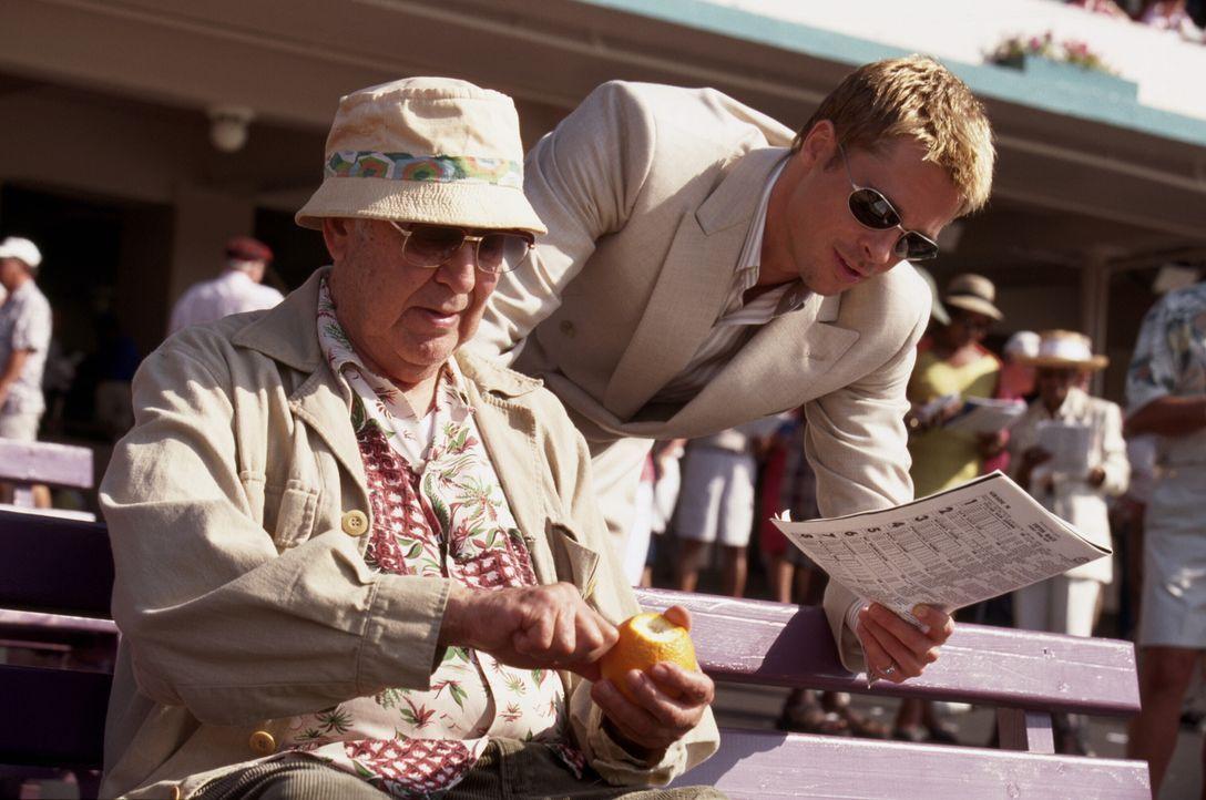 Gehören zum Spezialistenteam um Gauner Danny Ocean: Saul Bloom (Carl Reiner, l.) und Dusty Ryan (Brad Pitt, r.) ... - Bildquelle: Warner Bros. Pictures