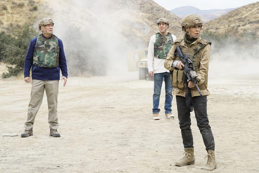 Jack Sloane (Maria Bello, r.) und das Team sollen Senator Phillips (James Morrison, l.) nach einem Schicksalsschlage wieder sicher von Afghanistan z... - Bildquelle: Cliff Lipson 2017 CBS Broadcasting, Inc. All Rights Reserved.