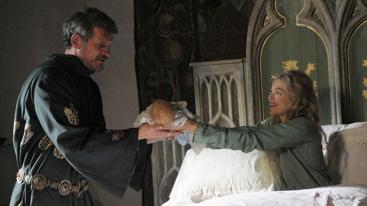 Sehr nah am Ziel ihrer Wünsche: Nachdem Hulda von Hettenheim (Julie Engelbrecht, r.) Maries Kind entführt hat, täuscht sie eine Geburt vor - und... - Bildquelle: Jiri Hanzl SAT.1