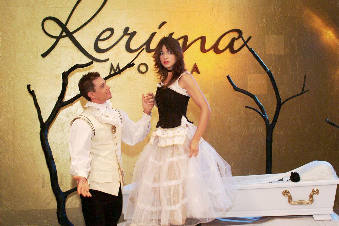 """""""Schneewittchen"""" Mariella (Bianca Hein, r.) mit Gernot (Timo Merkhoffer, l.) beim Dreh für einen Parfumspot. - Bildquelle: Monika Schürle Sat.1"""